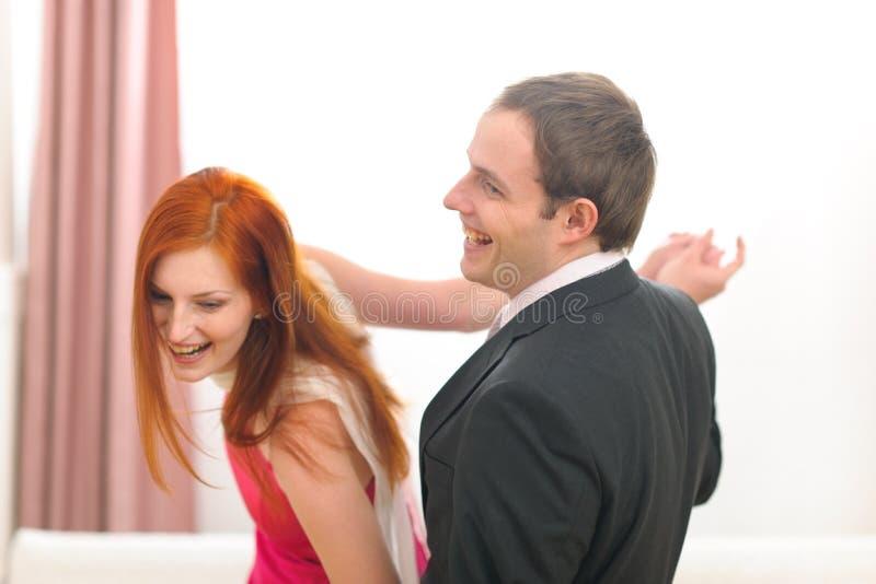 Giovani coppie formalmente vestite che hanno dancing di divertimento fotografia stock