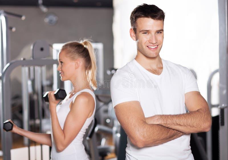 Giovani coppie a ginnastica fotografie stock