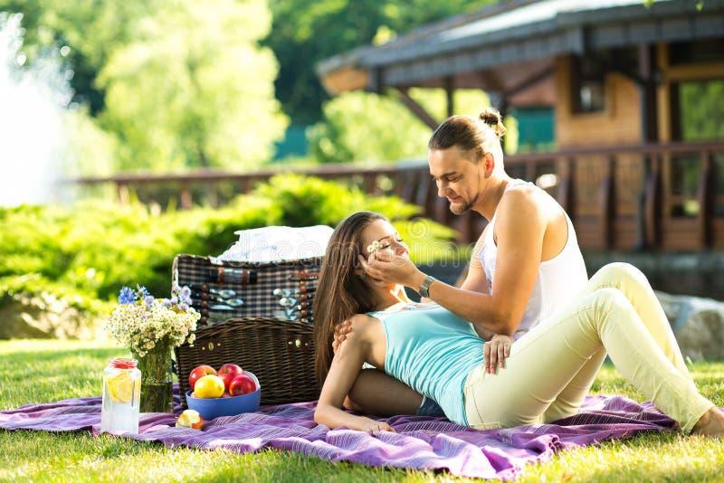 Giovani coppie innamorate su resto in parco immagini stock