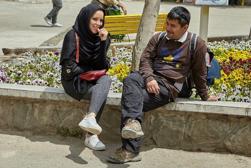Giovani coppie iraniane alla data in parco, Teheran, Iran immagini stock