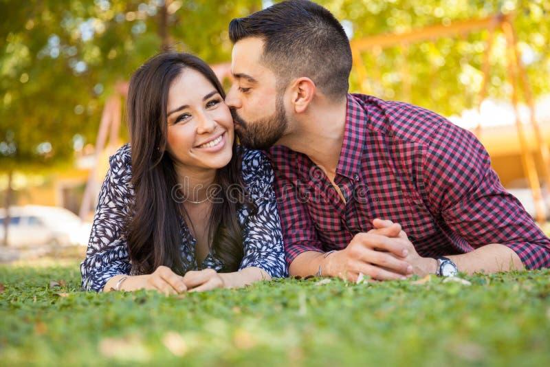 Giovani coppie latine nell'amore fotografie stock libere da diritti