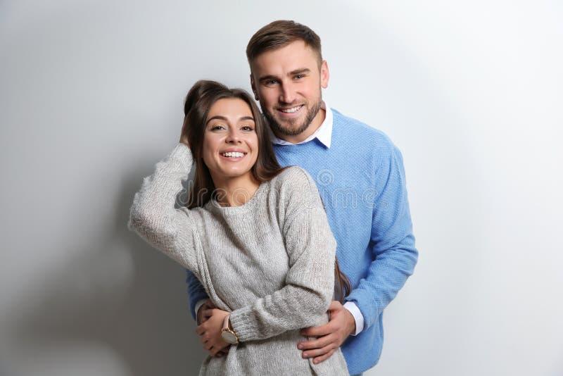 Giovani coppie in maglioni caldi immagini stock libere da diritti