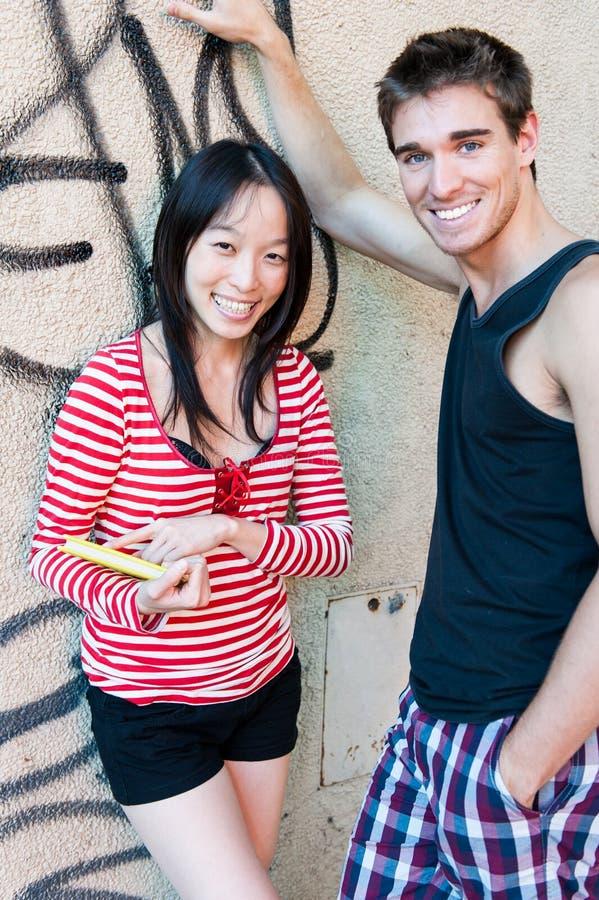 Giovani coppie multi-ethnic fotografie stock