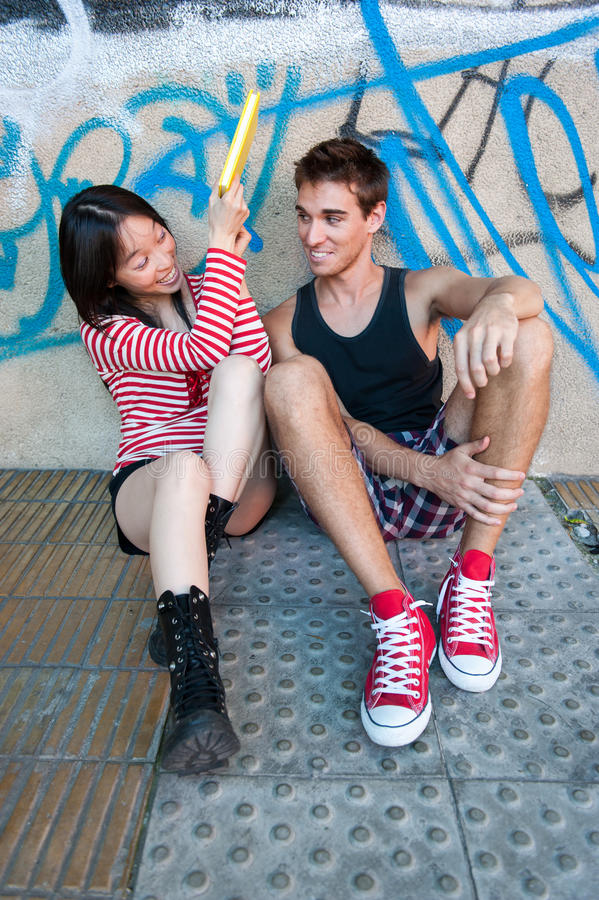 Giovani coppie multi-ethnic fotografia stock