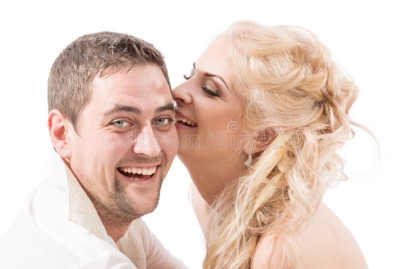 Giovani coppie negli abbracci e nelle risate di amore immagine stock libera da diritti