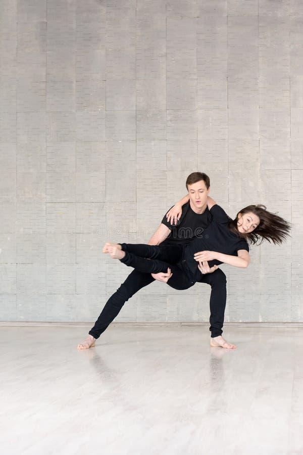 Giovani coppie nel ballare nero immagine stock libera da diritti