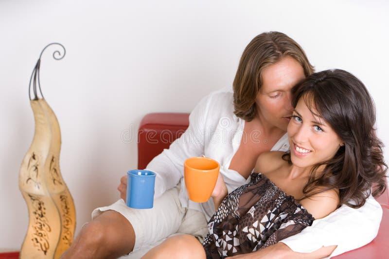 Giovani coppie nel bere di amore fotografia stock libera da diritti