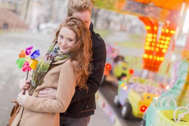 Giovani coppie nel parco di divertimenti fotografia stock libera da diritti