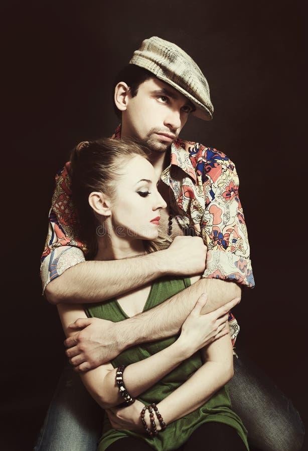 Giovani coppie nell'abbracciare di amore immagine stock libera da diritti