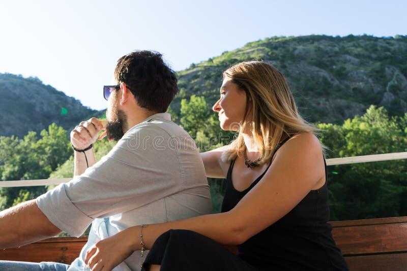 Giovani coppie nell'amore che si siede in una barca Atmosfera romantica felice, giovani amanti sensuali delle coppie, adolescenti fotografia stock libera da diritti