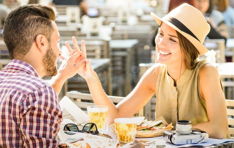 Giovani coppie nell'amore divertendosi alla barra della birra sull'escursione di viaggio fotografia stock libera da diritti