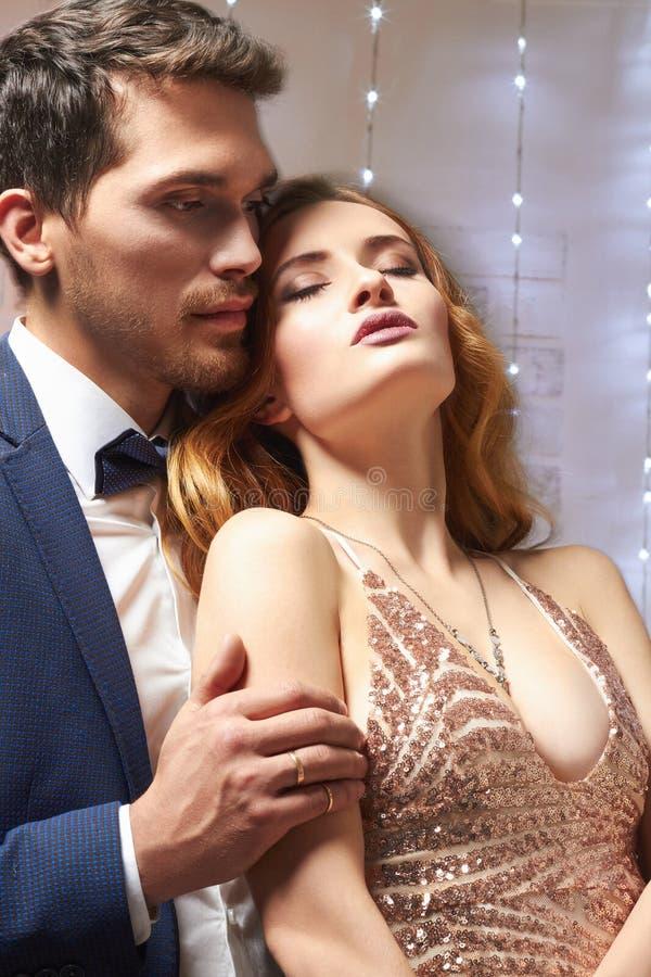 Giovani coppie nell'amore hug immagine stock