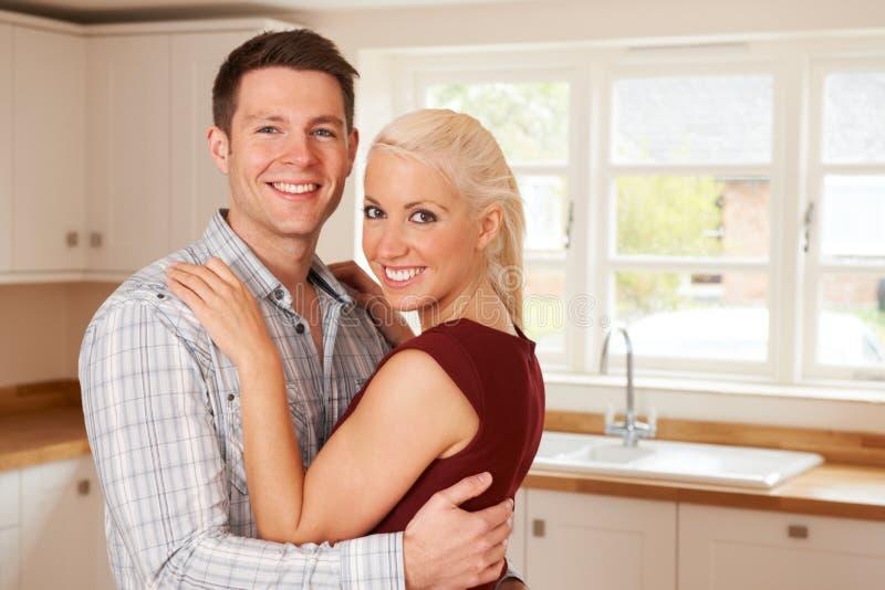 Giovani coppie nella nuova casa insieme immagini stock