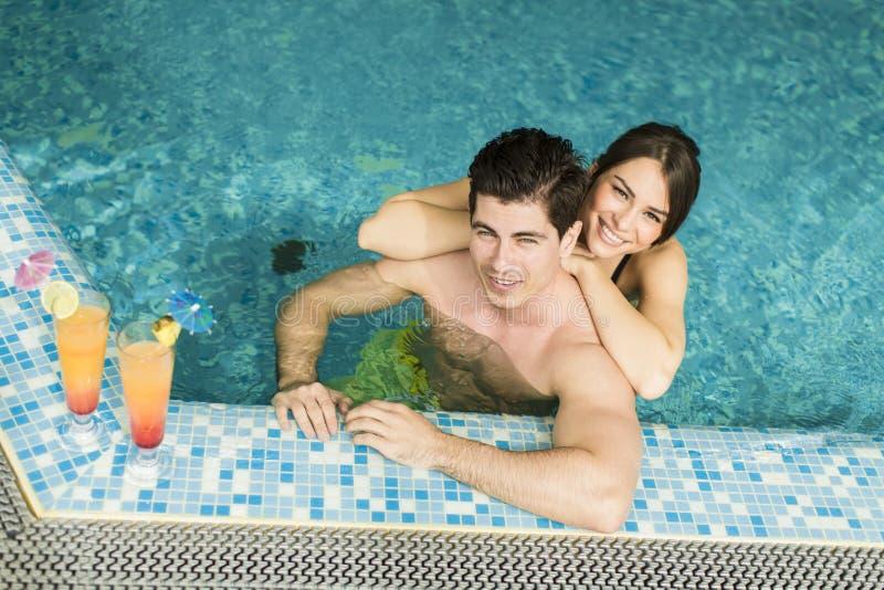 Download Giovani Coppie Nella Piscina Immagine Stock - Immagine di lifestyle, interno: 55361151
