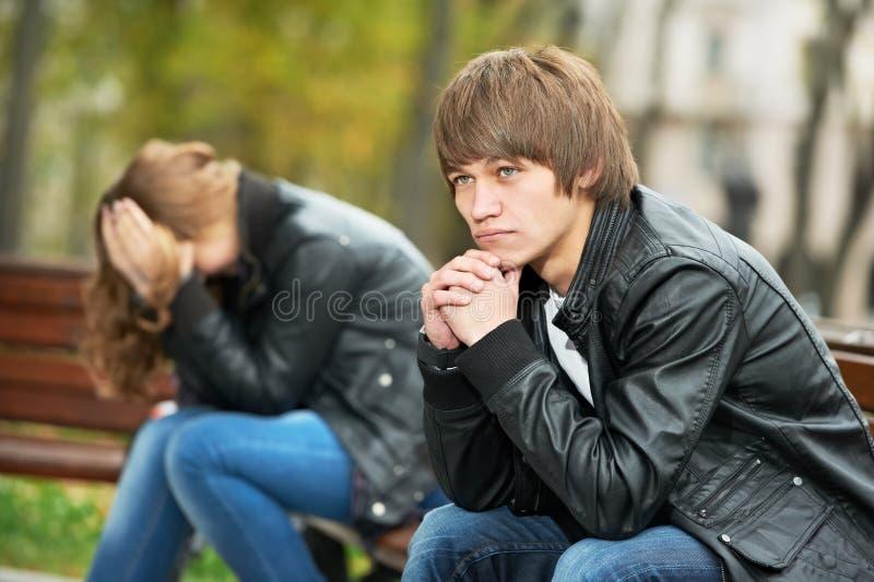Giovani coppie nella relazione di sforzo fotografia stock