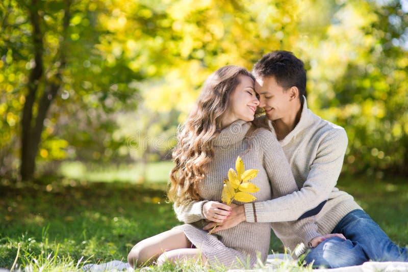 Giovani coppie nella sosta di autunno fotografie stock libere da diritti