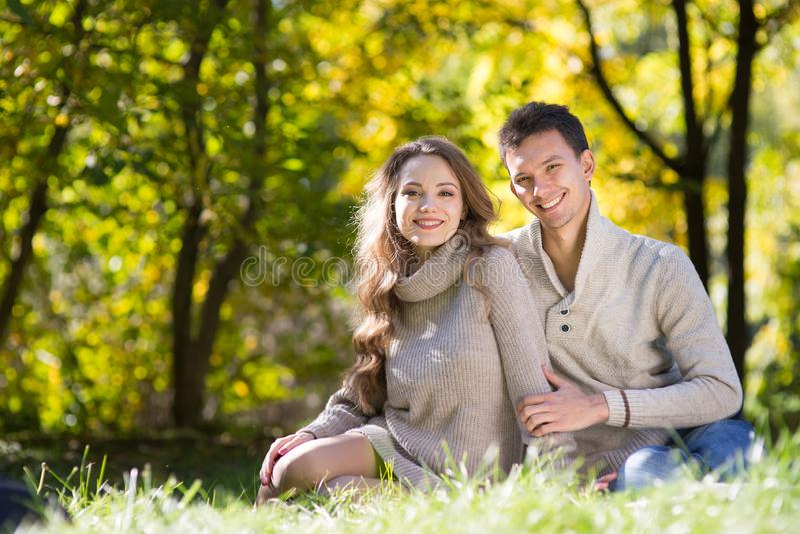 Giovani coppie nella sosta di autunno immagine stock libera da diritti