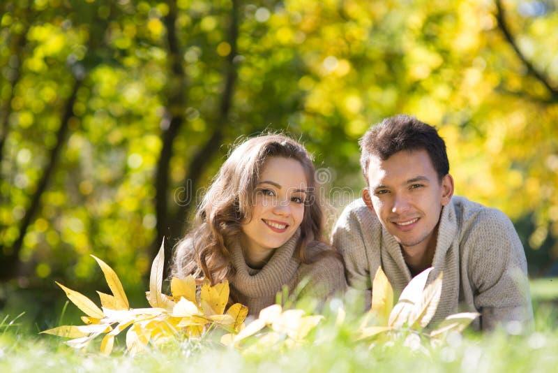 Giovani coppie nella sosta di autunno fotografia stock libera da diritti