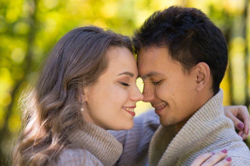 Giovani coppie nella sosta di autunno fotografia stock