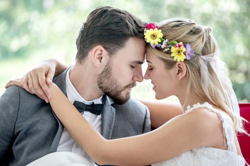 giovani coppie nella sposa e nello sposo di nozze di amore che baciano nel parco newlyweds Ritratto del primo piano di un bello a fotografia stock libera da diritti