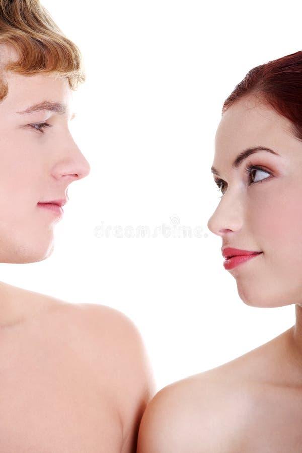 Giovani coppie nude che se lo esaminano. fotografie stock