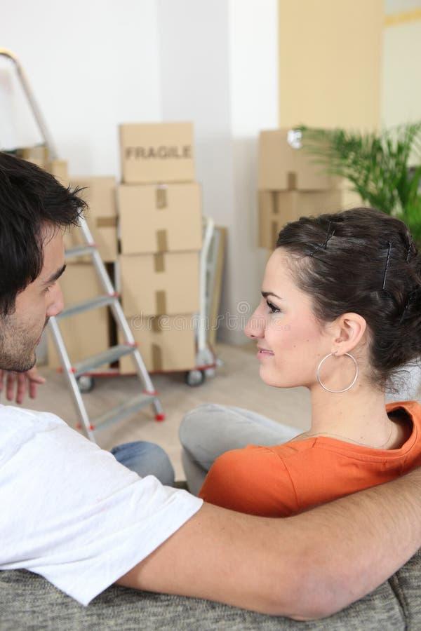 Giovani coppie in nuovo appartamento fotografie stock