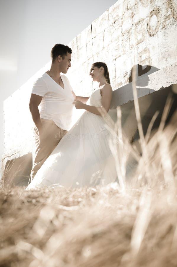 Giovani coppie nuziali attraenti che flirtano all'aperto fotografie stock libere da diritti