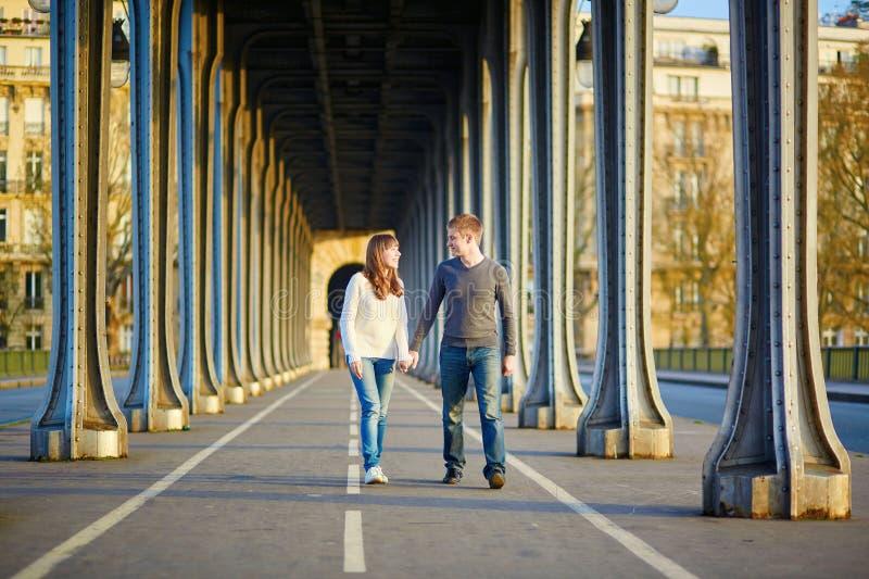 Download Giovani Coppie A Parigi Sul Ponte Di Bir Hakeim Fotografia Stock - Immagine di famiglia, felice: 55357680