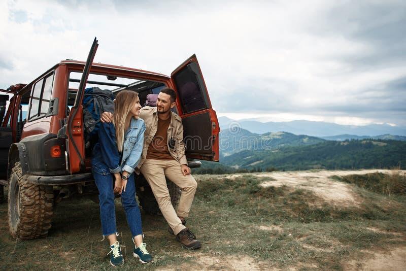 Giovani coppie piacevoli che scoprono la bellezza delle montagne carpatiche fotografia stock libera da diritti