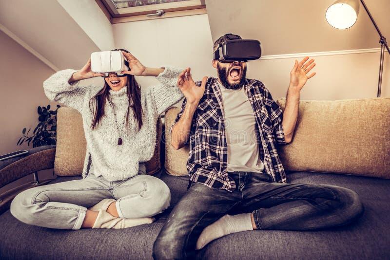 Giovani coppie piacevoli emozionali che avvertono realtà virtuale immagine stock