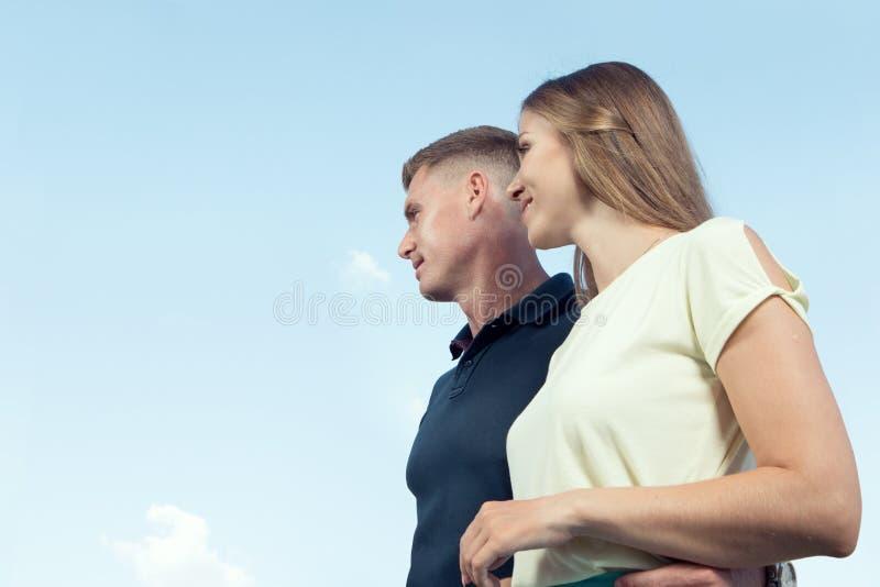 giovani coppie piacevoli su cielo blu indietro fotografia stock libera da diritti