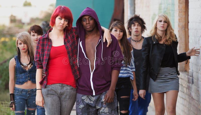 Giovani coppie punk con gli amici immagine stock libera da diritti