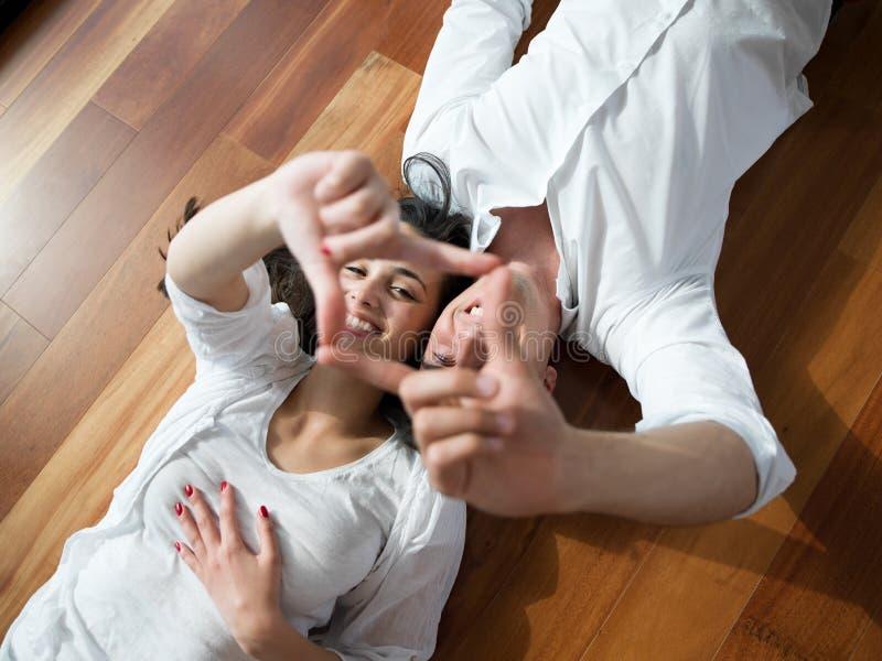 Giovani coppie rilassate a casa fotografie stock libere da diritti