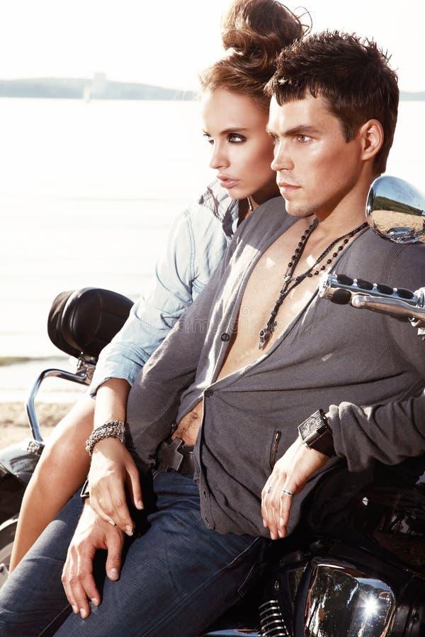 Giovani coppie romantiche in abbigliamento casual immagini stock