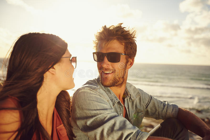 Giovani coppie romantiche alla spiaggia fotografia stock libera da diritti