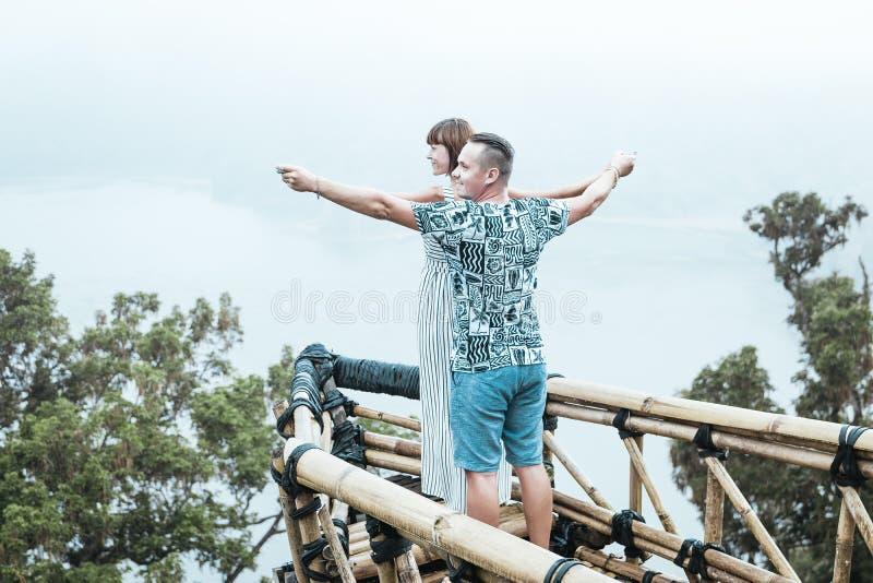 Giovani coppie romantiche amorose attraenti sul paesaggio tropicale della nebbia dell'isola di Bali, Indonesia fotografie stock