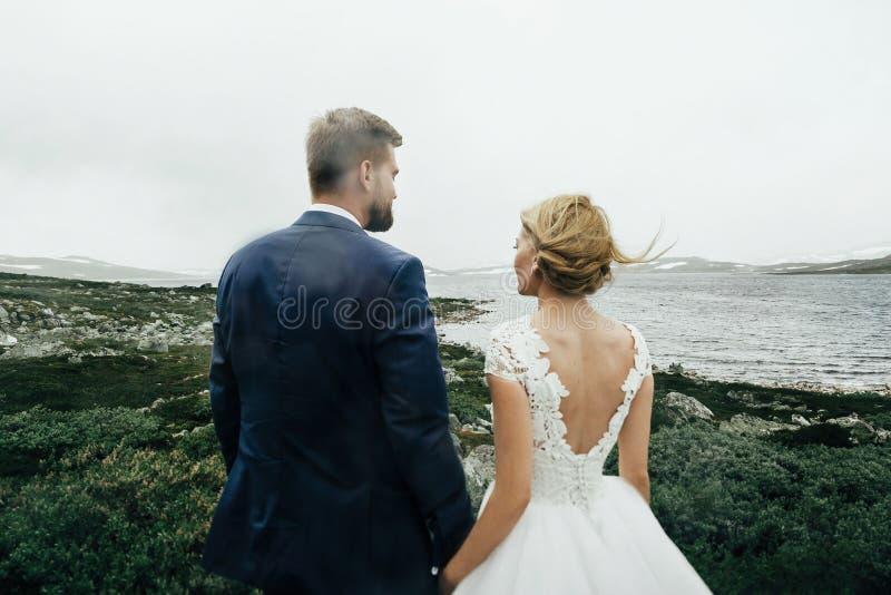 Giovani coppie romantiche felici caucasiche che celebrano il loro matrimonio fotografia stock libera da diritti