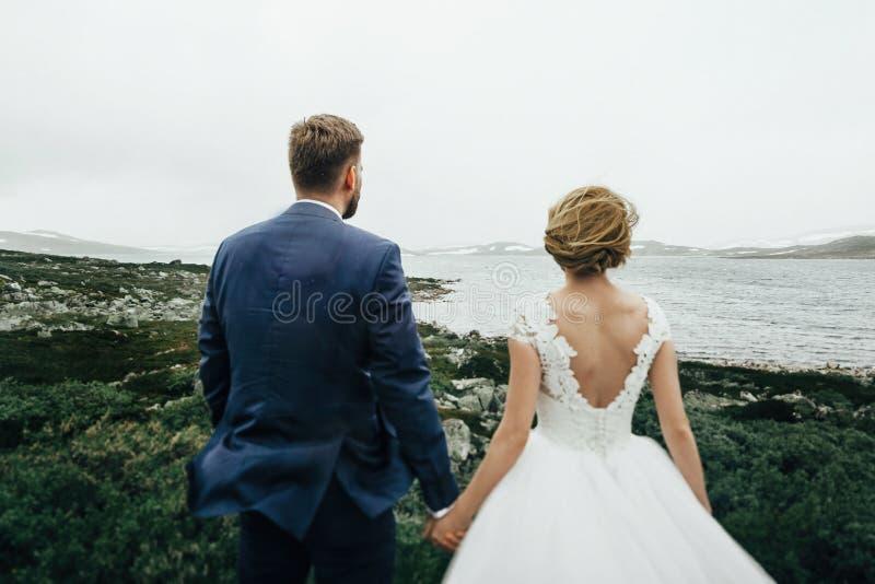 Giovani coppie romantiche felici caucasiche che celebrano il loro matrimonio immagine stock libera da diritti