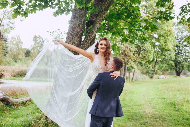 Giovani coppie romantiche felici caucasiche che celebrano il loro matrimonio fotografia stock