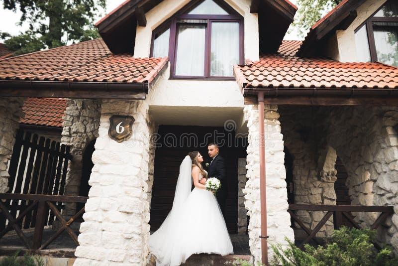 Giovani coppie romantiche felici caucasiche che celebrano il loro matrimonio esterno fotografia stock