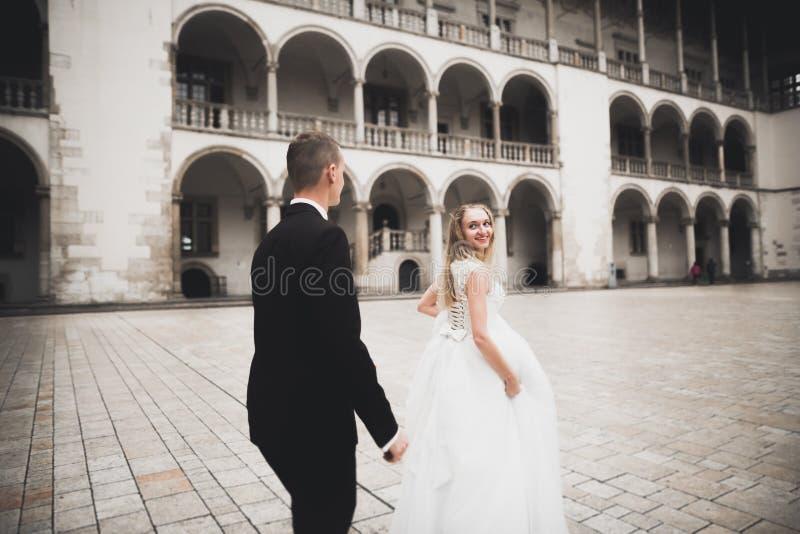 Giovani coppie romantiche felici caucasiche che celebrano il loro matrimonio esterno immagini stock libere da diritti