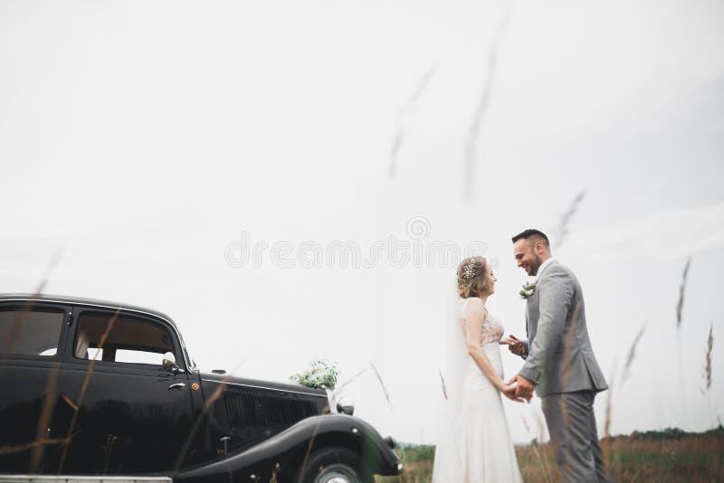 Giovani coppie romantiche felici caucasiche che celebrano il loro matrimonio esterno fotografie stock libere da diritti
