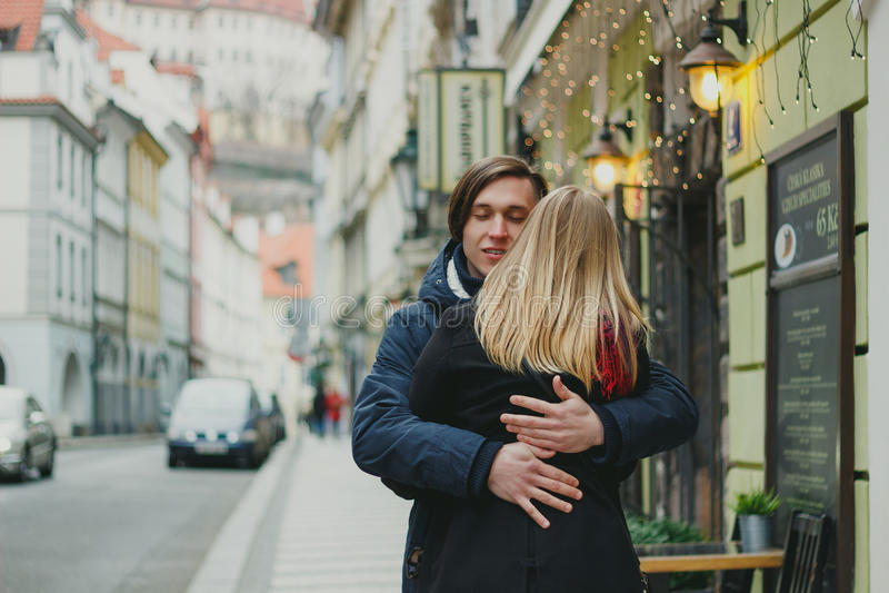 Giovani coppie romantiche nell'amore, abbracciante sulla via fotografia stock