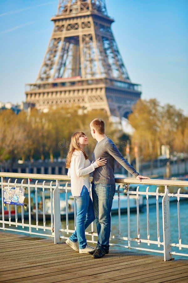 Download Giovani Coppie Romantiche A Parigi Immagine Stock - Immagine di honeymoon, felice: 55357781