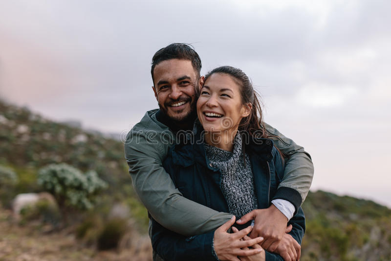 Giovani coppie romantiche sulla traccia del paese immagine stock