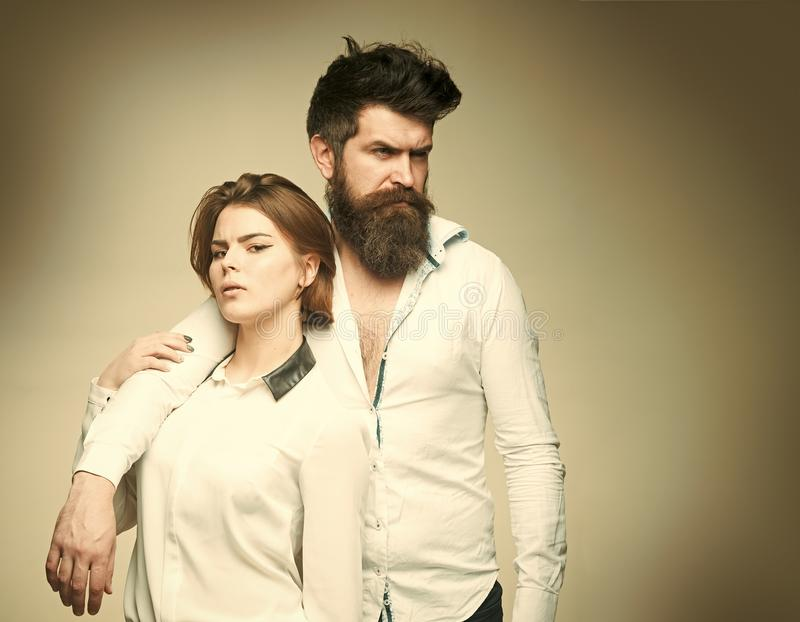 Giovani coppie sensuali che fanno amore Coppie nell'amore Concetto del parrucchiere Modo sparato delle coppie dopo taglio di cape fotografia stock libera da diritti
