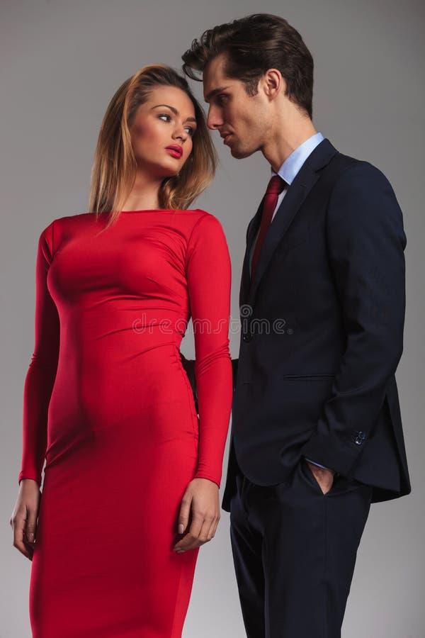Giovani coppie sexy pronte a baciare fotografia stock