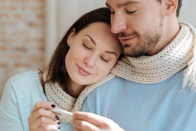 Giovani coppie sorridenti che si rilassano a casa fotografie stock