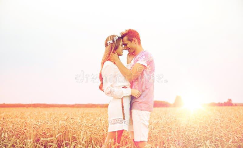 Giovani coppie sorridenti felici di hippy all'aperto fotografie stock