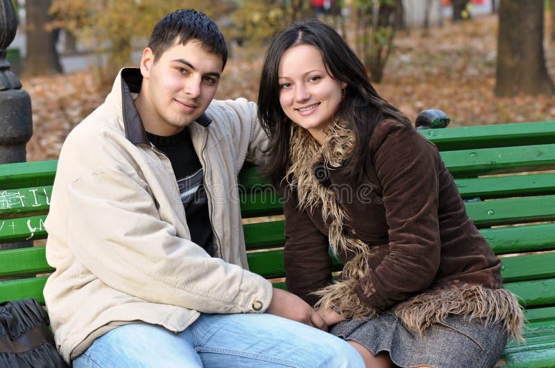 Giovani coppie in sosta immagini stock libere da diritti